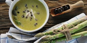 Zupa krem ze szparagami, kurczakiem i oliwkami