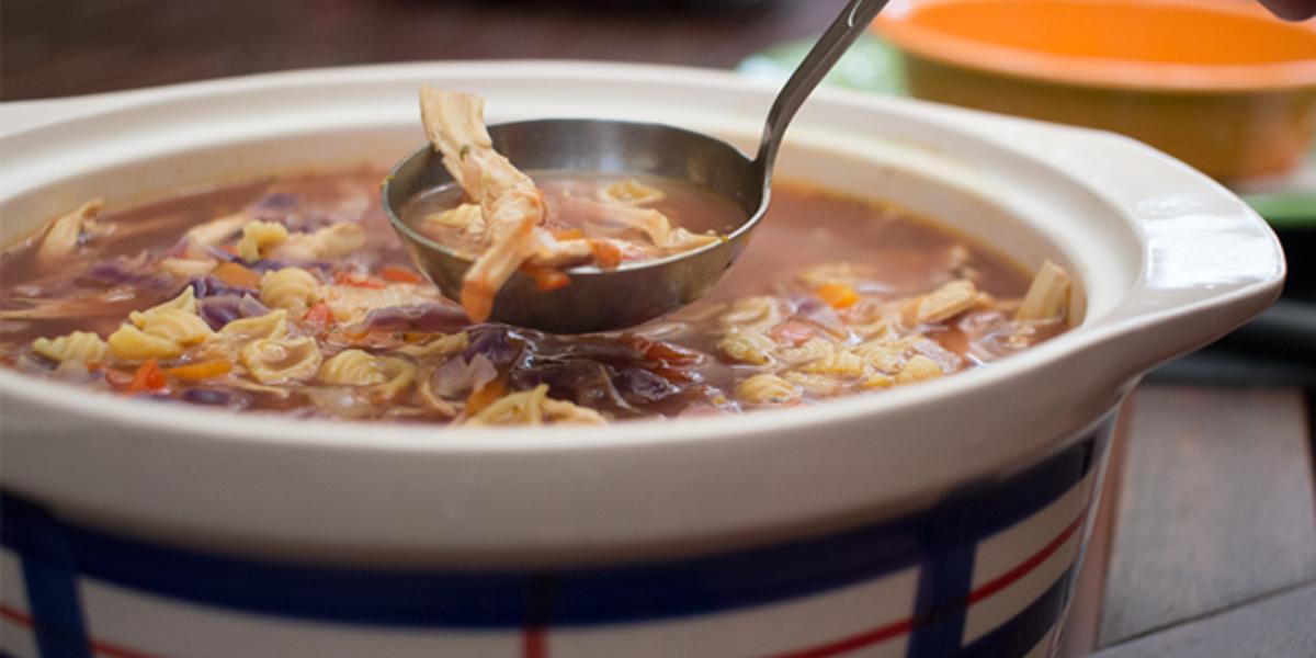 Sopa de repollo y pollo