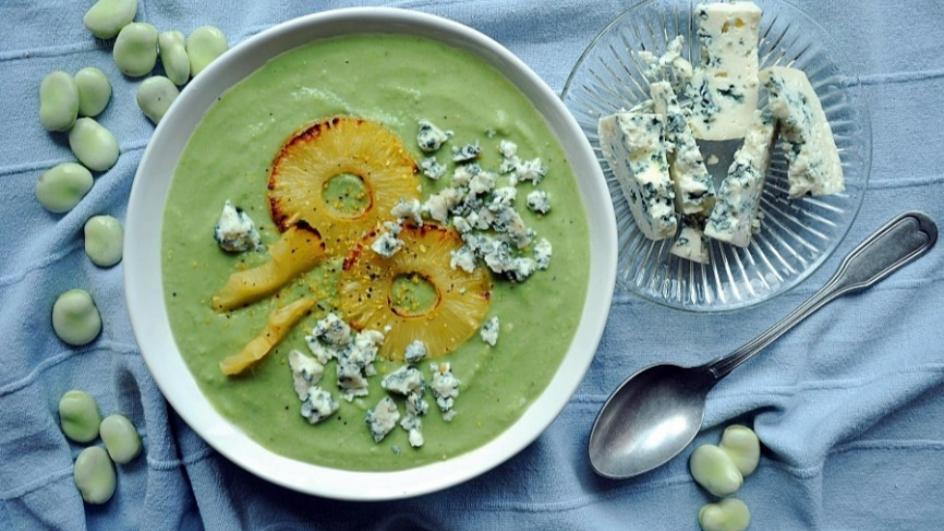 Kremowa zupa z bobu z grillowanym ananasem i serem pleśniowym