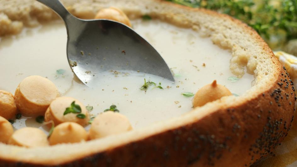 Wegetariański żurek w chlebie