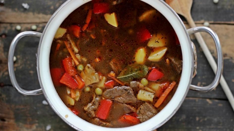 Zupa gulaszowa z zielonym grochem i suszonymi grzybami