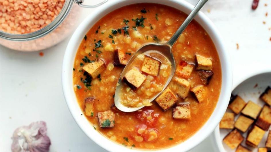 Wegańska zupa z soczewicy czerwonej z wędzonym tofu, czosnkiem i imbirem