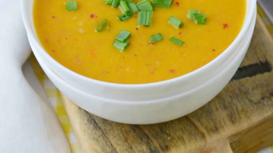 Pikantna zupa ze słodkich ziemniaków z salami