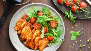 Fűszeres csirkemell érmék grillezett paradicsomos rukkolasalátával