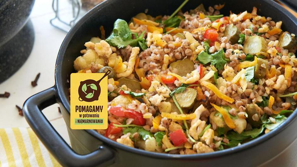 Gryczana kasza z mięsem, warzywami i goździkami