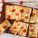 Πίτα με ζύμη από πατάτα, δεντρολίβανο και τοματίνια