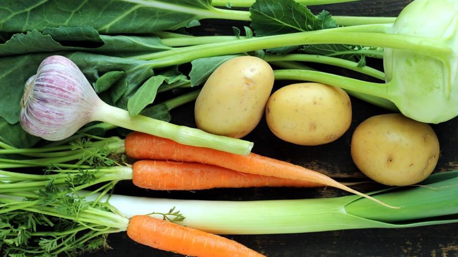 Zupa wiosenna z młodych warzyw ze świeżym szczawiem