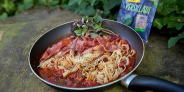 Makaroni ar šķiņķi un tomātu pastu