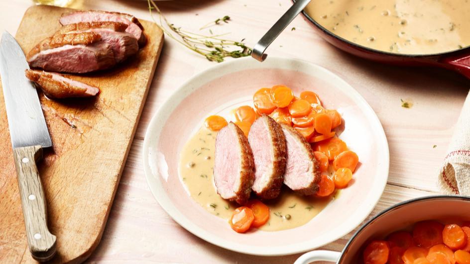 Entenbrustfilets mit Honig-Thymian-Sauce und Möhrengemüse