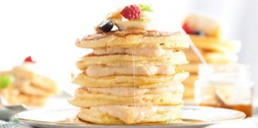Pancakes przekładane puddingiem karmelowo-bananowym