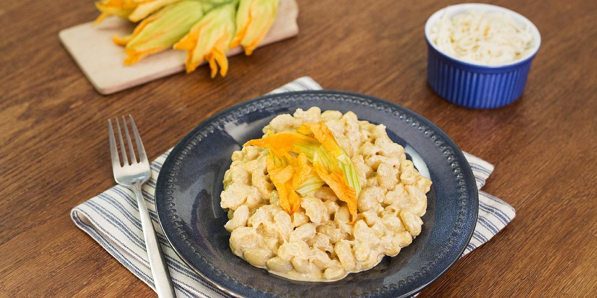 Mac and cheese con flor de calabaza
