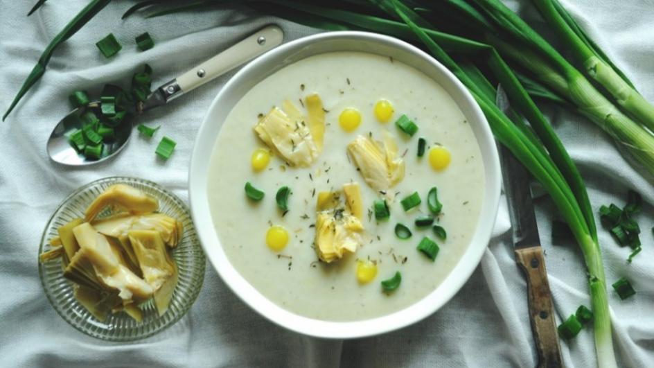 Zupa krem z kalafiora z karczochami i zieloną cebulką