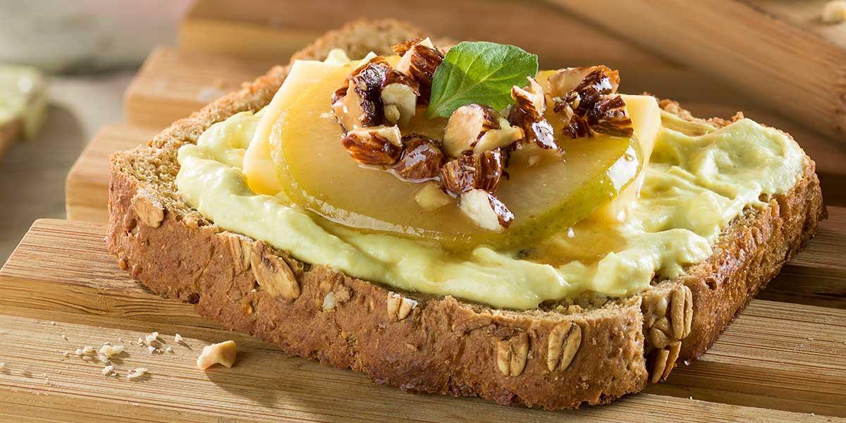 Croutones de queso con peras almendras y miel