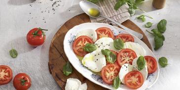 Insalata Caprese mit Tomaten und Mozzarella