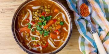 Wegańska zupa z soczewicy z makaronem ryżowym i kolendrą