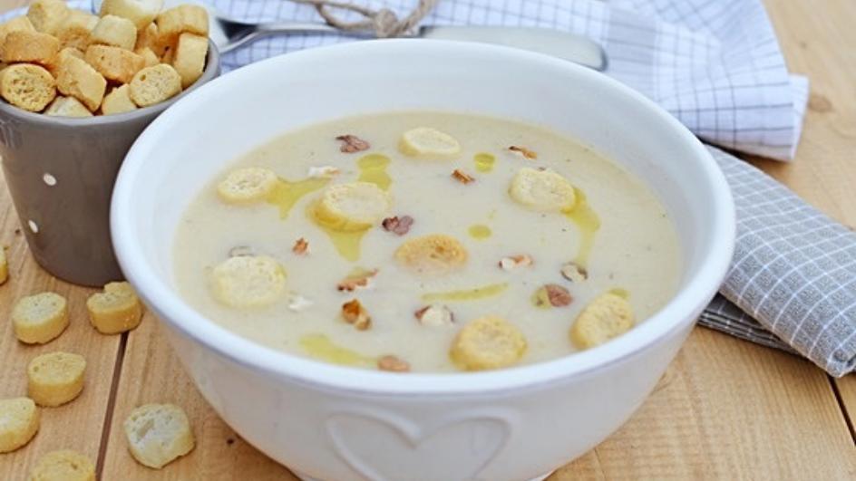 Zupa krem z selera z orzechami włoskimi i grzaneczkami