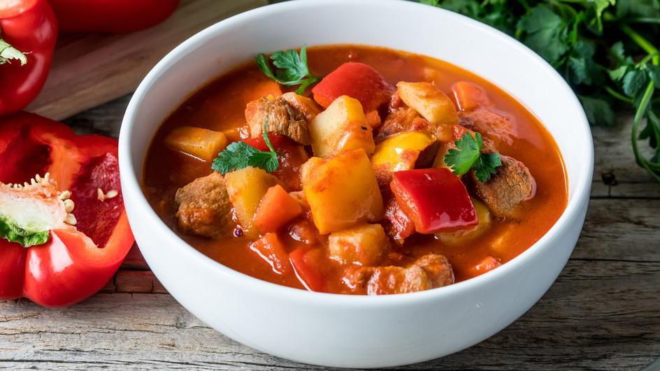 Węgierska zupa gulaszowa z kociołka