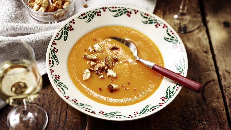 Möhren-Orangen-Suppe mit Chili-Nuss-Krokant
