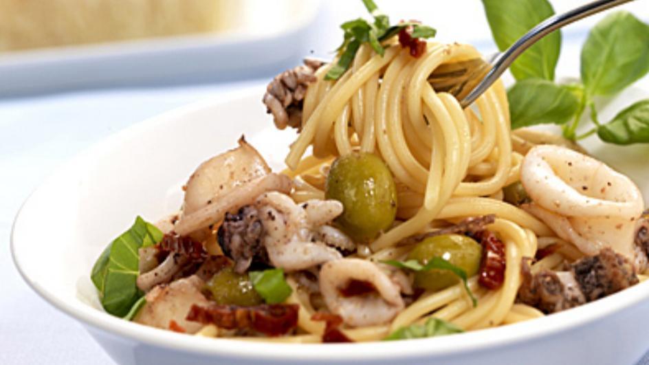 Spaghetti mit Oliven und Tintenfisch
