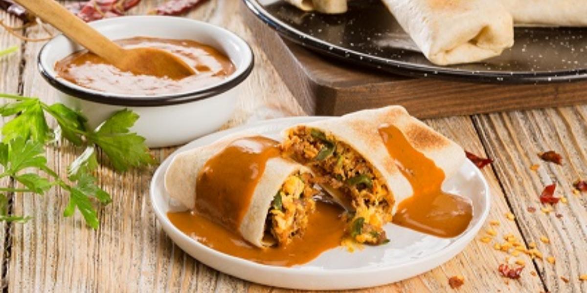 burritos de chilorio con salsa de chile de árbol y pasilla