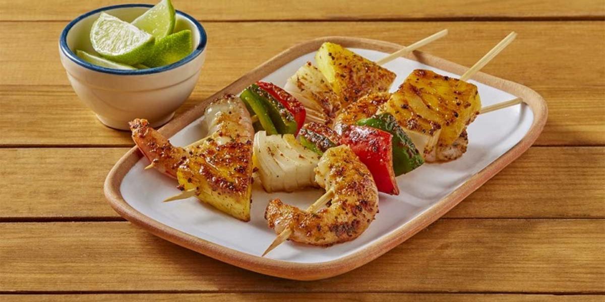 Brochetas de camarón con tomate y especias