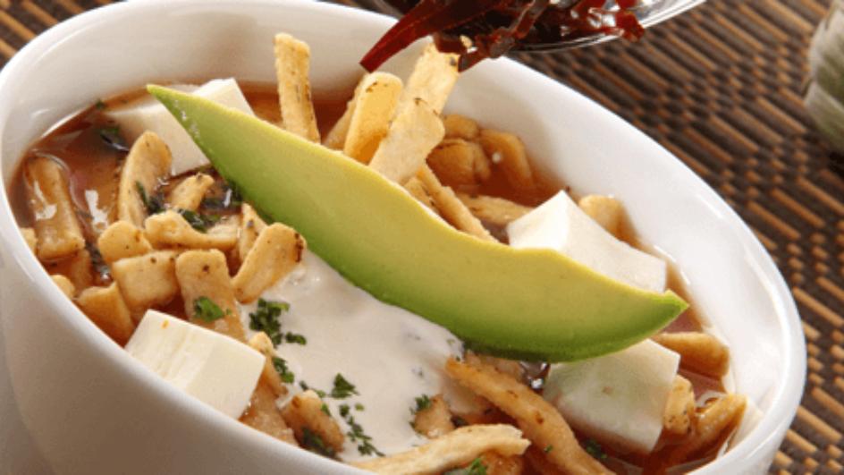 Zupa aztecka z awokado i tortillą