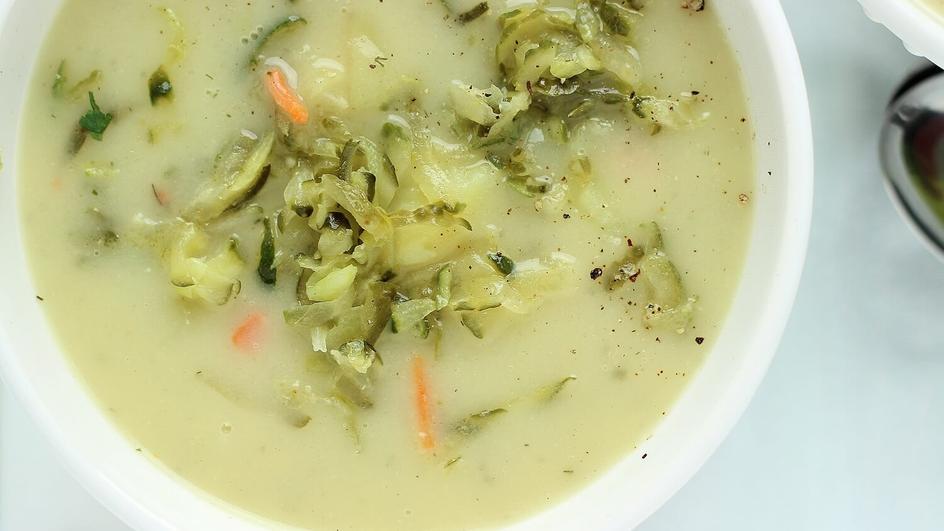 Zupa ogórkowa z ogórkami małosolnymi i ziemniakami