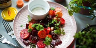 Sałatka z pieczonych warzyw z kozim serem