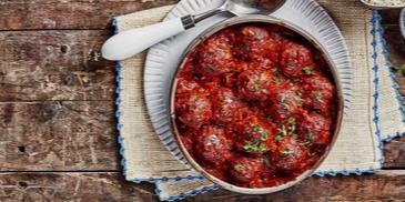 كرات اللحمة والباذنجان المدخن مع صلصة الطماطم