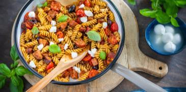 Pikante Pasta-Pfanne Tomate-Mozzarella mit Cabanossi