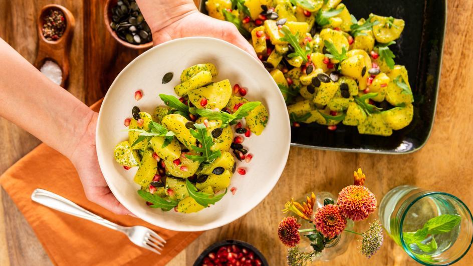 Kartoffelsalat mit Kräuter-Dressing und Granatapfel