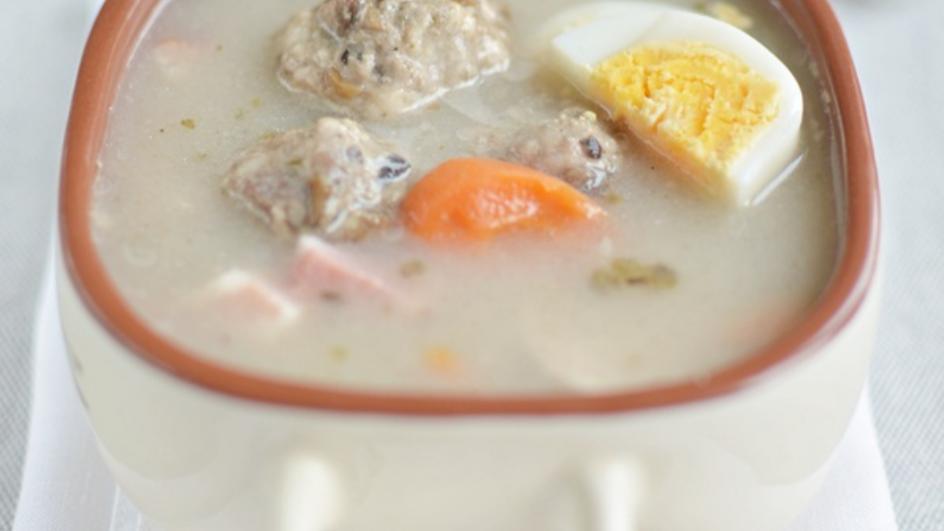 Barszcz biały z klopsikami z białej kiełbasy i suszonych grzybów