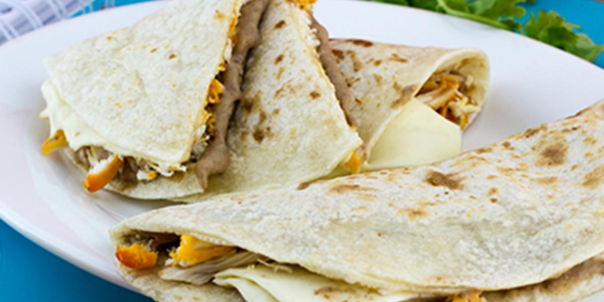 Quesadillas de pollo con frijoles rojos y queso