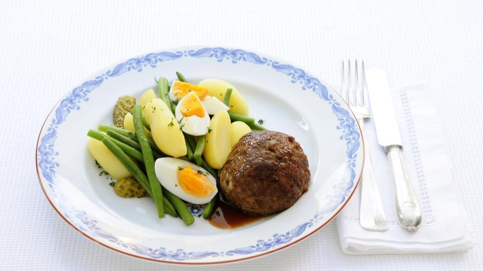 Gehaktbal met aardappelen, sperziebonen en ei
