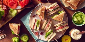 Club sandwich z sosem czosnkowym