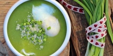 Zupa krem z brokułów z jajkiem w koszulce, parmezanem i świeżym szczypiorkiem