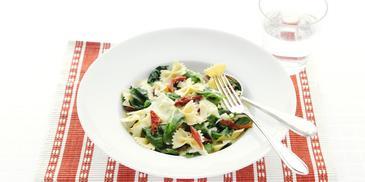 Pasta met tomaatjes en spinazie-kaassaus