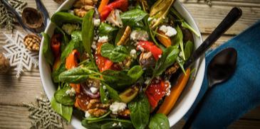 Σαλάτα σπανάκι με ψητά λαχανικά κατσικίσιο τυρί και καρύδια