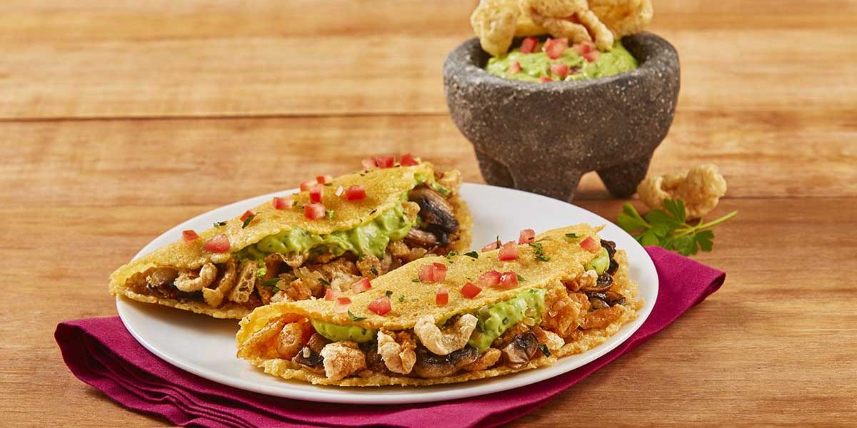 Tacos de costra de queso y chicharrón