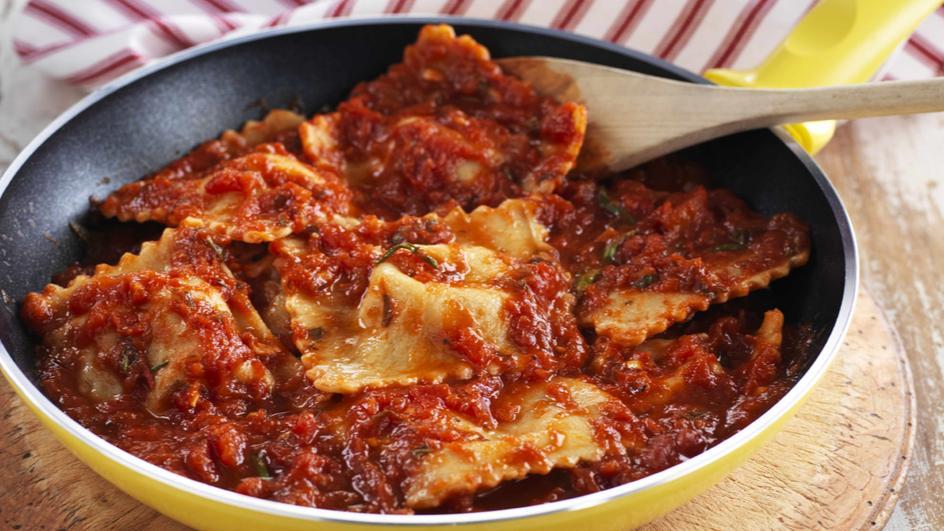 رافيولي بالزيتون وجبنة القشقوان