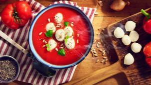 Zupa z czerwonymi warzywami WINIARY z mozzarellą i pestkami słonecznika