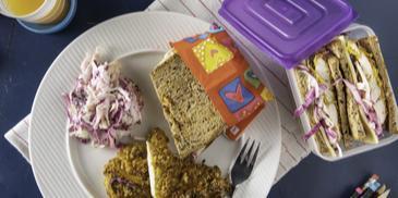 Σάντουιτς με τραγανό κοτόπουλο φούρνου και σαλάτα λάχανο-καρότο