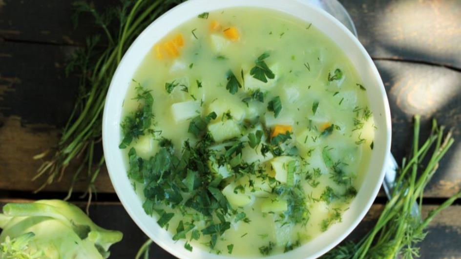 Wegetariańska zupa z kalarepy z ziemniakami, świeżą pietruszką i koperkiem