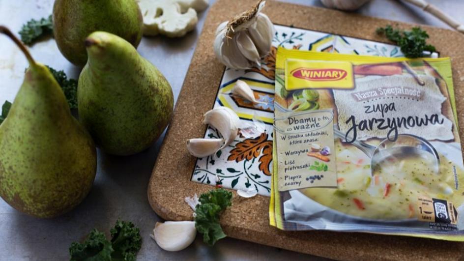 Zupa krem z białych warzyw z gruszką i chipsami z jarmużu