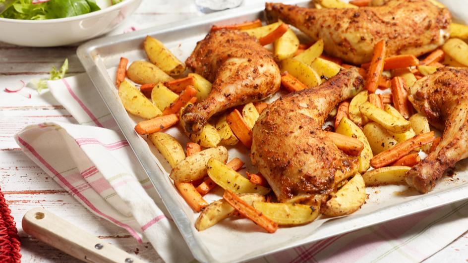 Hähnchenschenkel mit Karotten und Kartoffeln vom Blech