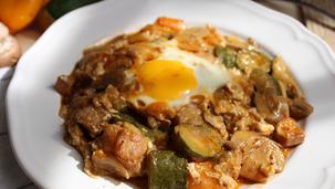 Свинско месо със зеленчуци и яйца