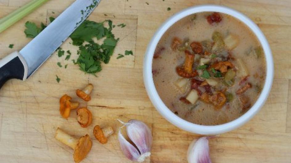 Zupa z kurek z suszonymi pomidorami