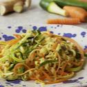 Ricetta Noodles XXL al gusto curry con zucchine, carote e semi di sesamo