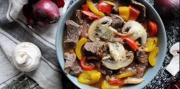 Zupa gulaszowa z wołowiną i pieczarkami