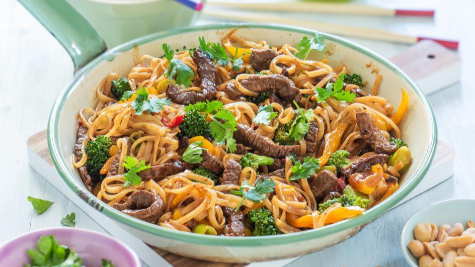 Makaron ryżowy teriyaki z wołowiną i brokułami